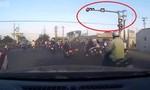 Vụ xe tải tông 7 xe máy: Hàng chục xe máy vượt đèn đỏ