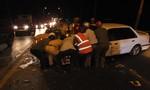 CSGT dời ô tô 4 chỗ, giải tỏa hiện trường tai nạn trên cầu Rạch Miễu