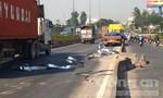 Ba cuộn sắt hàng chục tấn rơi xuống đường, giao thông ùn tắc