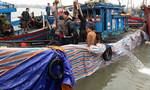 Nghệ An: Trục vớt tàu cá bị chìm trên biển