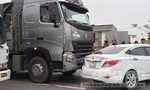 Xe tải đâm trực diện làm biến dạng xe ô tô 4 chỗ