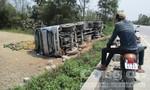 Tài xế ngủ gật khiến xe tải lao xuống ruộng, gần 20 tấn dưa hấu tràn ra ngoài