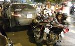 Xe ô tô lùi tông vào nhiều xe máy tại Vòng xoay Dân Chủ