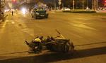 Taxi tông xe máy văng gần 50m trên đại lộ Võ Văn Kiệt
