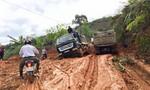 Đoàn xe quá tải chở gỗ từ Lào 'cày nát' đường dân sinh