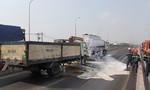 Hiện trường xe tải cẩu đâm rách thùng chứa xăng của xe bồn