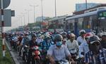 """Hai xe container """"kẹp"""" taxi trên xa lộ Hà Nội, giao thông ùn ứ"""