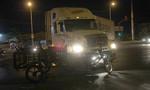 Xe container tông xe máy lôi tự chế, 1 người trọng thương