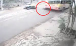 Clip đôi nam nữ thoát chết dưới gầm xe buýt ở Hà Nội