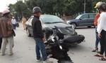 Xe máy đối đầu ô tô, 2 người trọng thương