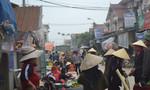 Đường liên xã biến thành nơi họp chợ