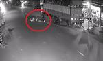 Tông đuôi xe tải, nam thanh niên nằm bất động trên đường