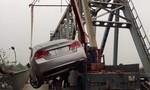 Ô tô leo lên thành sắt cầu Việt Trì
