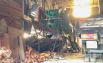 Hàng trăm mâm giàn giáo đổ xuống, đè 3 công nhân