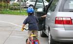 Mở cửa xe bất cẩn khiến một học sinh tử vong