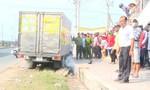 Xe tải cuốn xe máy vào gầm, khiến một người tử vong
