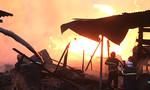 Hơn 5 giờ khống chế ngọn lửa cháy xưởng gỗ lúc rạng sáng