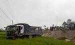 Xe tải lao xuống ruộng sau khi tông xe chở gỗ lật nghiêng giữa đường
