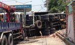 Xe tải mất lái ủi sập tường rào nhà dân