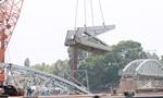 Ngày thứ 2 trục vớt cầu Ghềnh: Đoạn  đường ray trên cầu đã được cẩu vào sà lan