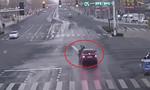 Người đi đường thờ ơ với người đàn ông bị tai nạn giữa ngã tư