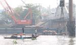 Các sà lan đang 'dàn trận' để tiến hành công việc trục vớt cầu Ghềnh