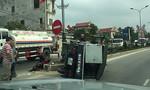 Tông xe máy rẽ trái đột ngột, xe tải lật ngang đường