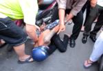 Cô gái trẻ tông xe hạ gục hai tên cướp