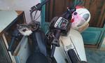 Người dân giữ hai chiếc xe máy của bọn trộm cắp