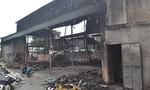 Xưởng phế liệu cháy rụi trong đêm