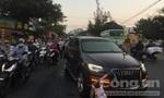 Audi Q7 tông dải phân cách tránh tai nạn