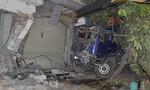 Xe ben tông xe máy, lao vào nhà dân 2 người nguy kịch