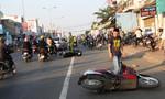 Ôtô lùa 2 xe máy, 3 mẹ con bị thương nặng