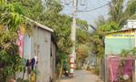 Trụ điện nằm giữa đường 'rình rập' người và phương tiện lưu thông