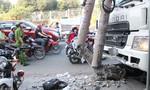 Xe tải 'điên' ủi tung dải phân cách, hai người bị thương
