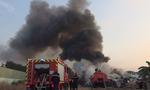 Gần 100 lính cứu hỏa dập biển lửa ở bãi phế liệu rộng 1.000m2