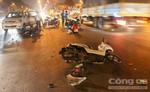 Hai xe máy tông trực diện tại giao lộ, cô gái may mắn thoát chết