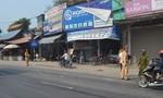 Ô tô tải tông xe máy dừng đèn đỏ, 1 người nhập viện