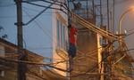 Nam thanh niên 'kỳ lạ' đu người trên dây 'nấu cháo' điện thoại