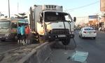 Xe tải leo dải phân cách, quốc lộ  ùn tắc nghiêm trọng