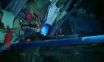 Tàu hỏa đâm xe chở máy xúc, một cán bộ đường sắt bị nạn