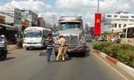 Né xe taxi, cụ ông 70 tuổi bị container tông nguy kịch