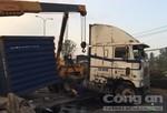 Container tông dải phân cách, lật ngang giữa quốc lộ