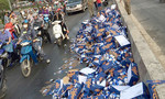 Hàng trăm thùng bia rớt xuống đường, người dân nhặt giúp tài xế