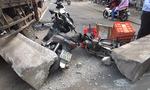 Xe tải cẩu húc dải phân cách đè xe máy, nhiều người thoát chết