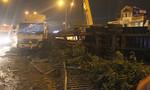 Xe container tông dải phân cách, lật nhào trong đêm