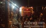 Cháy cơ sở sản xuất nước đá, nhiều người tung cửa tháo chạy
