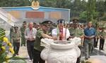 Cán bộ chiến sĩ lực lượng vũ trang khắc ghi công ơn các anh hùng, liệt sĩ