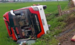 Chạy tốc độ cao, xe khách bị lật xuống ruộng, 11 người thương vong