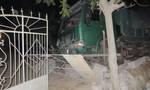 Xe tải mất lái đâm đổ tường rào nhà dân
